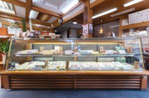 和菓子・御餅・御赤飯の老舗 『いせや』店内ショーケース